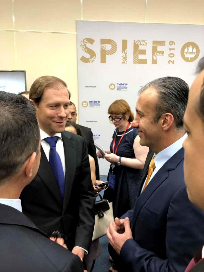 Russlands Minister für Industrie und Handel, Denís Mantúrov (links) und Venezuelas Vizepräsident für Wirtschaft, Tareck el Assaimi, trafen in St.Petersburg zusammen