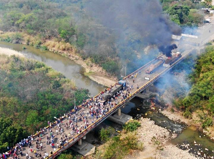 Ein brennender LKW und Anhänger des selbsternannten Interimspräsidenten Guaidó auf der kolumbianischen Seite der Grenzbrücke Francisco de Paula Santander