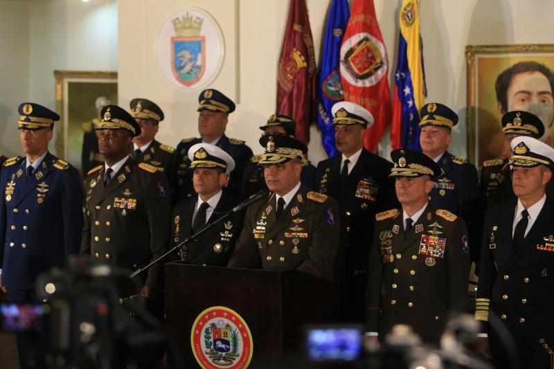 Verteidigungsminister General Vladimir Padrino, umgeben von allen Mitgliedern des Oberkommandos, bekräftigte am 24. Januar das Engagement der Armee, der Nation und dem verfassungsgemäß gewählten Präsidenten Maduro zu dienen