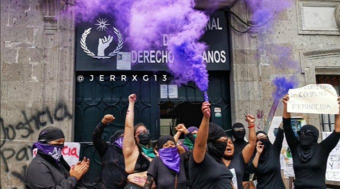 Feministische Aktivistinnen vor dem besetzten CNDH-Gebäude
