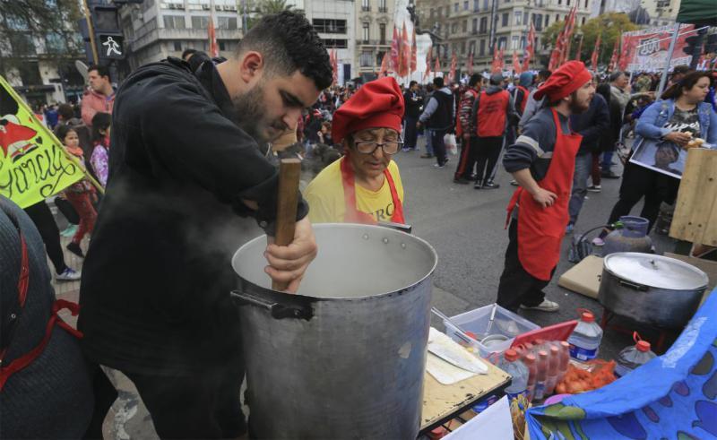 Selbsthilfe gegen die zunehmende Not in Zeiten von Corona: In ganz Argentinien organisieren Gewerkschaften Suppenküchen
