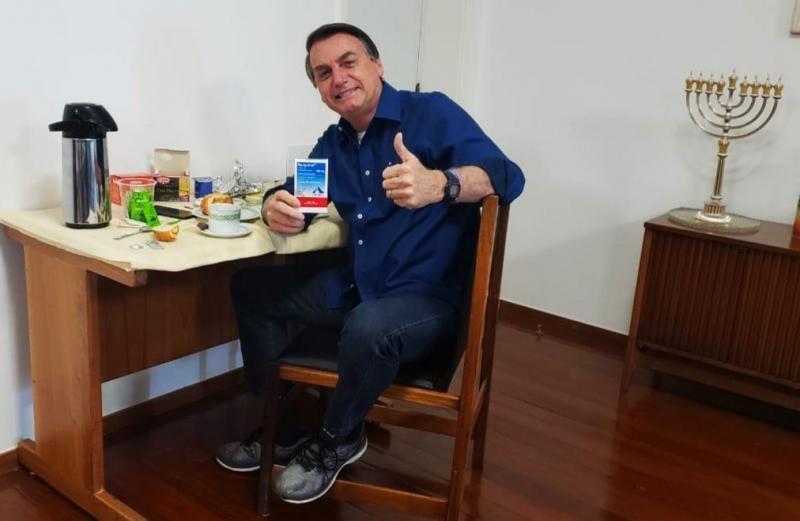 Soll wegen Verbrechen gegen die Menschheit vor den Internationalen Gerichtshof: Brasiliens Präsident Bolsonaro (hier auf einem Twitter Bild vom 25-Juli, nachdem er negativ auf Corona getestet wurde)