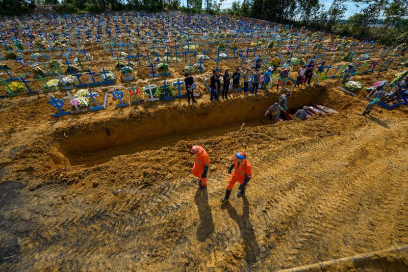 Massengrab auf dem Friedhof Nossa Senhora Aparecida in Manaus, Brasilien. Dort werden seit Ausbruch der Corona-Pandemie täglich hundert Menschen begraben. Zuvor waren es rund 30