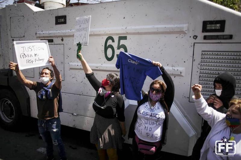 Wasserwerfer auch vor der Klinik Santa María: Angehörige des verletzten Jugendlichen fordern Gerechtigkeit und die Auflösung der Carabineros