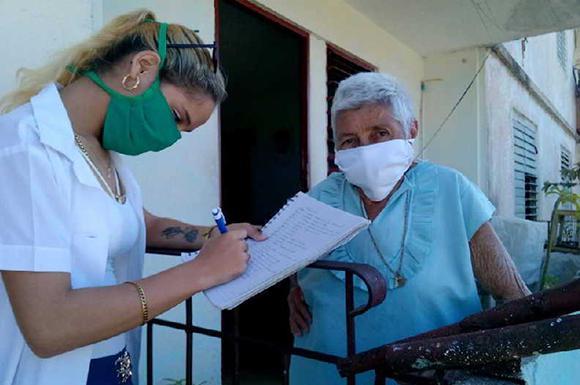 Ältere Menschen werden in Kuba angesichts der Corona-Pandemie von den Familienärzten in ihren Vierteln engmaschig betreut