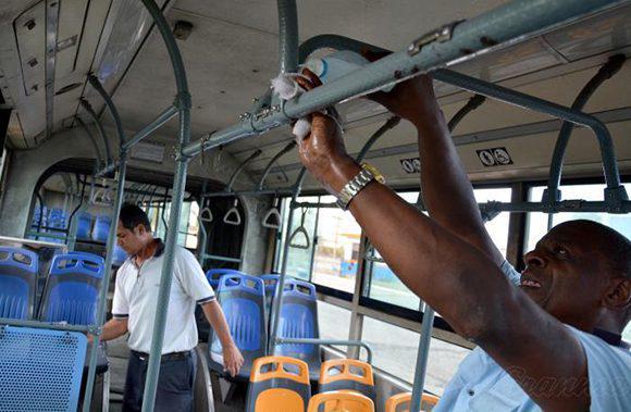 Desinfektion von Bussen in Havanna, Kuba