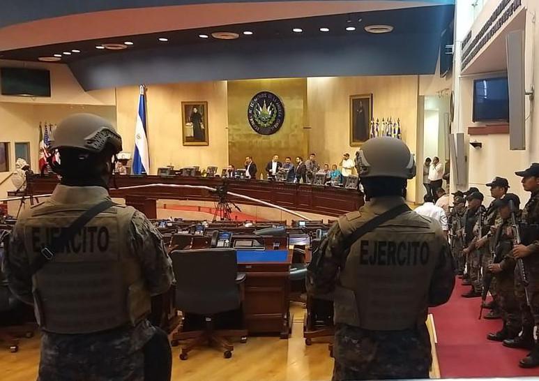 9. Februar 2020: Soldaten im Parlament. Der Oberste Gerichtshof verbot dem Präsidenten, das Militär weiter für verfassungswidrige Zwecke einzusetzen