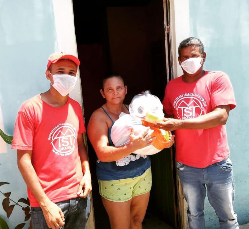 """Gegen den Corona-Virus verteilt die Wohnungslosenbewegung MTST Desinfektionsmittel, hier in Maceió. Präsident Jair Bolsonaro nennt den Virus """"eine kleine Grippe""""."""