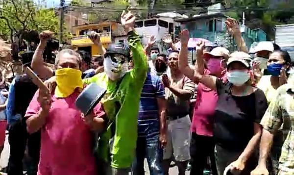 Bewohner des Armenviertels El Chile in Tegucigalpa fordern Zugang zu Lebensmitteln