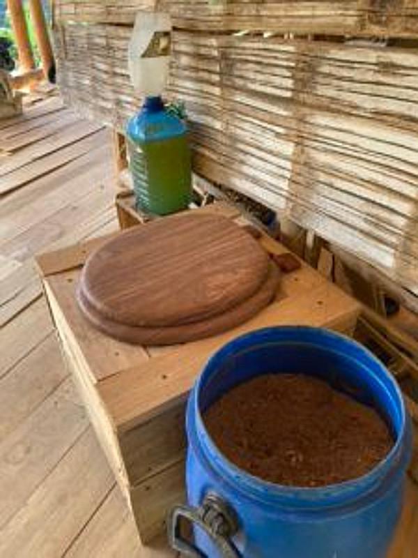 Trockenklos und Regenwassertanks gehören zu den nachhaltigen Lösungsansätzen für die Schonung der Ressource Wasser