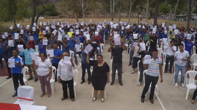 Bisher Inhaftierte zeigen in Nicaragua die Dokumente ihrer Freilassung