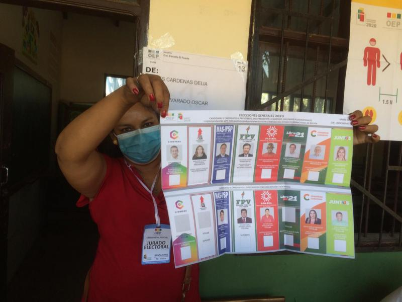 Eine Wahlhelferin zeigt einen Stimmzettel in einem Wahllokal in El Fuerte, Santa Cruz