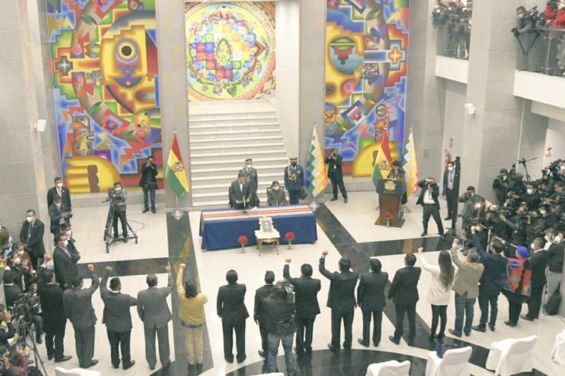 """Präsident Luis Arce bei der Vereidigung der Minister:innen in der """"Casa Grande del Pueblo"""" - Regierungssitz, von der MAS """"Haus des Volkes"""" genannt."""