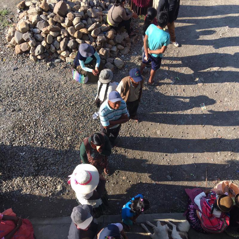 Schlange vor einem Wahllokal in Mururata, Nor Yungas