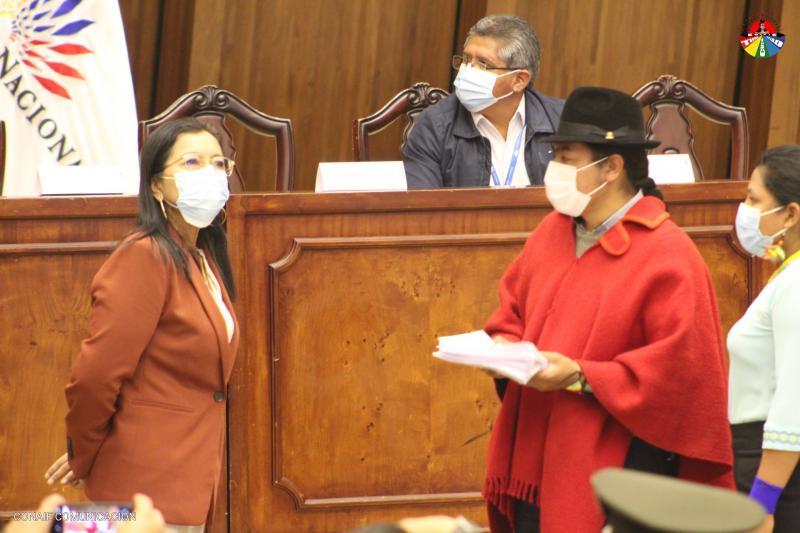 """Leonidas Iza überreicht der Präsidentin des Parlaments die Forderung """"Amnestie Jetzt"""""""