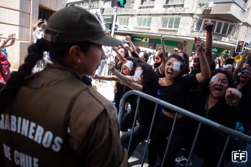"""Protestaktion """"Die blinden Kinder des Terrorstaats von Piñera"""" vor einer Polizeiwache in Santiago (November 2019)"""