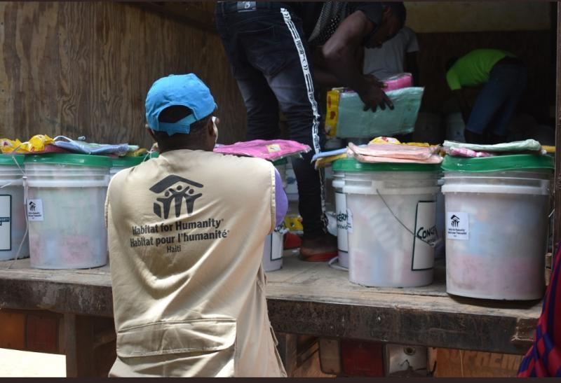 Die US-Hilfsorganisation Habitat Haiti verteilt Hygiene-Kits