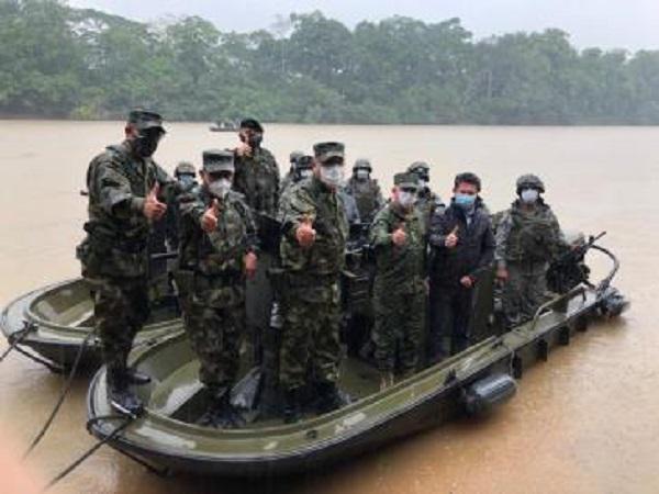 """Molano mit Angehörigen der Spezialeinheit Omega: """"Bewunderung für ihr Engagement und ihre Hingabe, die Ruhe der Kolumbianer im Südosten des Landes zu sichern"""" (Tweet vom 14. März)"""