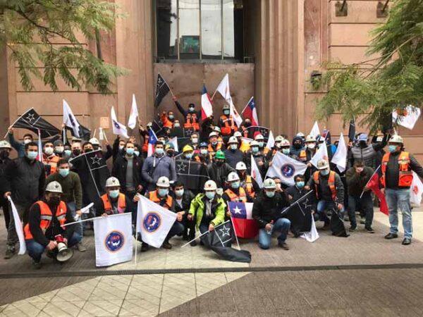 Streikende Bergarbeiter zogen vor den Hauptsitz des Staatskonzerns Codelco in Santiago