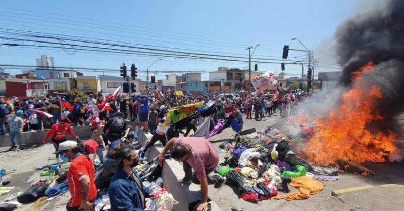 Brandanschlag auf die Habseligkeiten von Migranten in Iquique