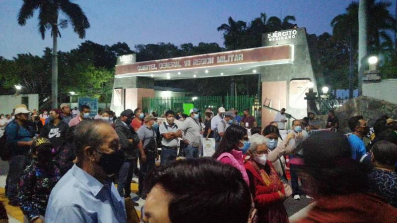 Hunderte Demonstrierende verhinderten, dass der Präsident am Sitz der 7. Militärregion in Tuxtla Gutiérrez rechtzeitig zur Pressekonferenz kam