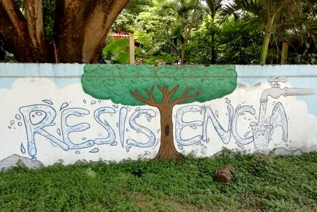 """Mauerbild am Strand von Potrero, Guanacaste, Costa Rica. """"Widerstand"""" gegen die Privatisierung von Wasser ist überlebenswichtig"""