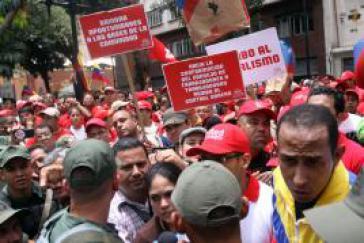 Arbeiter und Angestellte vor dem Parlament