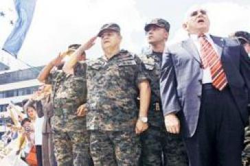 General Vásquez Velásquez (mi.), Micheletti (re.)