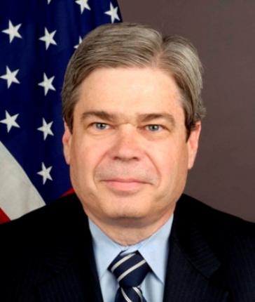 Portrait des Ex-Botschafters Ford vor US-Fahne