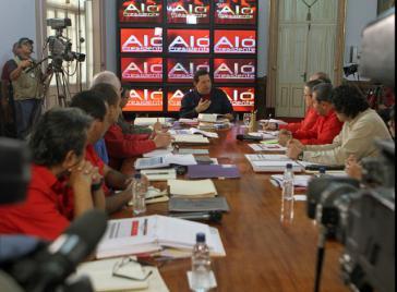 """Hugo Chávez und Mitarbeiter bei der Sendung """"Aló Presidente"""" am Sonntag"""