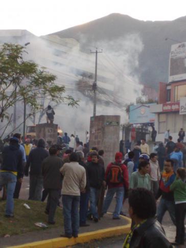 Auf der Avenida Mariana de Jesus auf der Höhe des Hospital Metropolitano ziehen sich Protestierende in Tränengasschwaden zurück