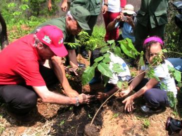 Der venezolanische Umweltmininster Alejandro Hitcher bei einer Pflanzaktion im Juni 2010