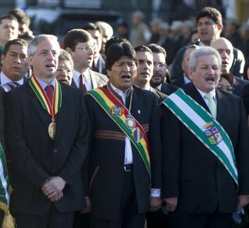 Morales (m.), Vizepräsident García Linera (l.) und ihr Rivale Rubén Costas (r.)