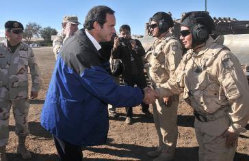 Chiles Verteidigungsminister Andres Allamand mit einer Rettungseinheit