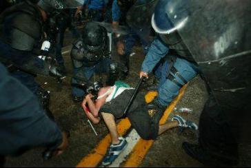 Polizeieinsatz am Rande des EU-Lateinamerika-Gipfels in Guadalajara (Mexiko) im Juni 2004