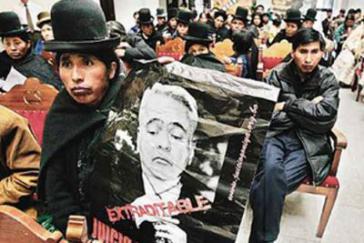 Indigena in Bolivien mit einem Plakat mit der Forderung nach Auslieferung