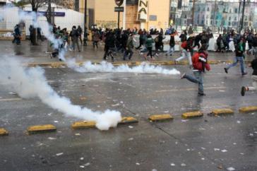 Flucht vor Reizgasgranaten der Polizei