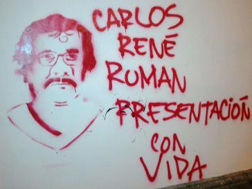 Ein Wandbild fordert die lebendige Rückkehr des entführten Lehrers Carlos René Román Salazar