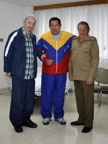 Hugo Chávez mit Fidel und Raúl Castro in Kuba