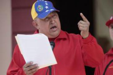 Hugo Chávez mit dem Artikel des El Nuevo Herald