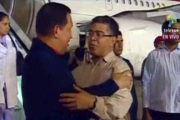 Vizepräsident Elías Jaua begrüßt Chávez auf dem Flughafen von Characas