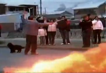 Demonstranten vor brennenden Barrikaden
