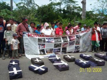 Mitglieder der Gemeinde vor symbolischen Särgen bei einer Protestaktion