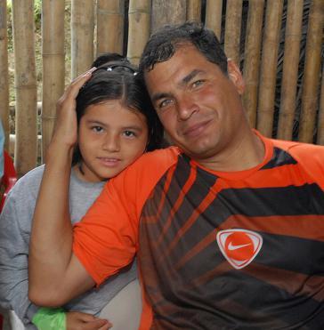Präsident Rafael Correa mit einem Mädchen in der Gemeinde El Maicito