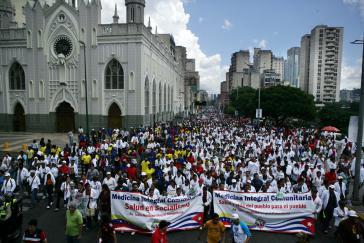 Erhalten rechtliche Anerkennung: Studierende integraler kommunitärer Medizin demonstrieren in Caracas