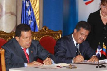 Die Präsidenten der Dominikanischen Republik und Venezuelas, Leonel Fernández und Hugo Chávez, unterzeichnen Verträge