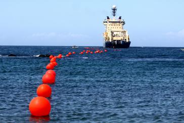 Boot verlegt Glasfaserkabel