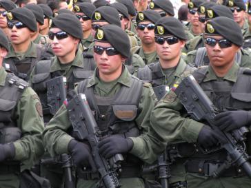 Auch in Venezuela im Einsatz? Einheit der kolumbianischen Nationalpolizei bei einer Militärparade am 20 Juli 2010