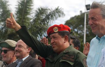 Gustavo Larrea (links) gemeinsam mit Hugo Chávez (Mitte) und Ex-Präsident Néstor Kirchner (rechts) im Januar 2008