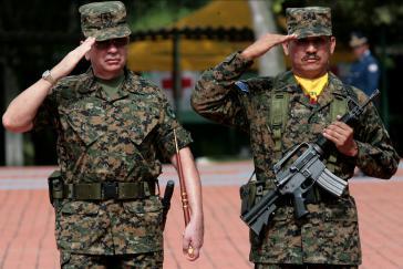 General Munguía bei der Verabschiedung des Afghanistan-Kontingents im August 2011